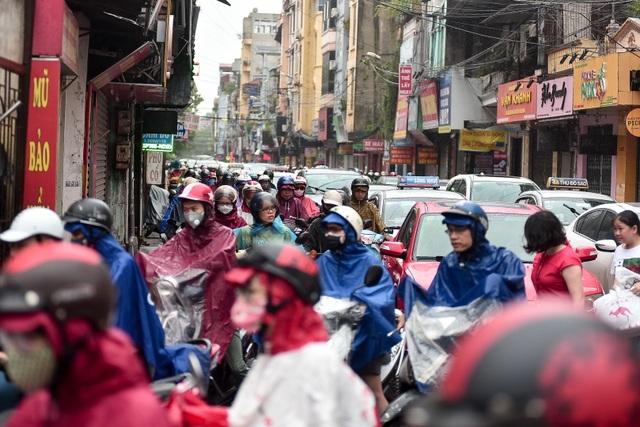 Hà Nội: Tắc đường nghiêm trọng do ảnh hưởng mưa bão - 12