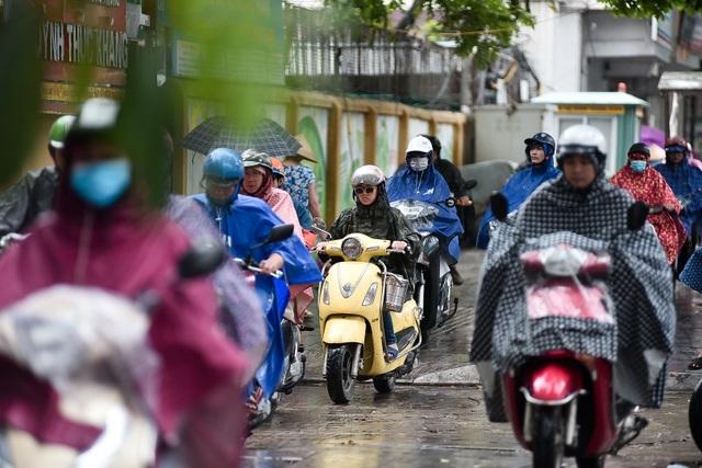 Hà Nội: Tắc đường nghiêm trọng do ảnh hưởng mưa bão - 11