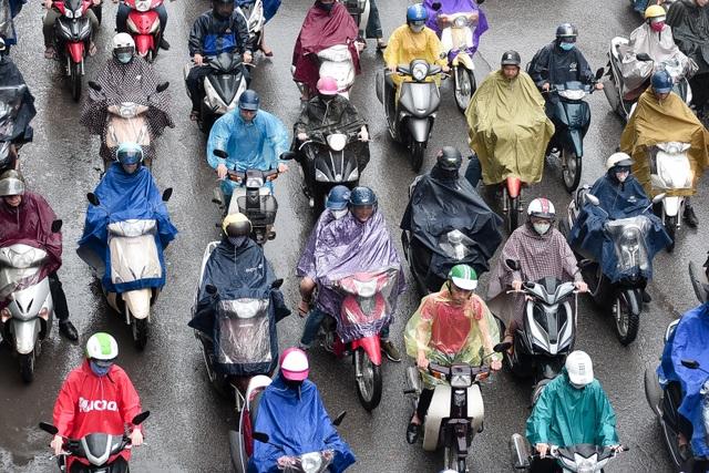 Hà Nội: Tắc đường nghiêm trọng do ảnh hưởng mưa bão - 8