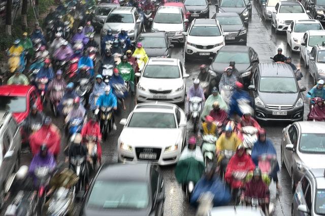 Hà Nội: Tắc đường nghiêm trọng do ảnh hưởng mưa bão - 10