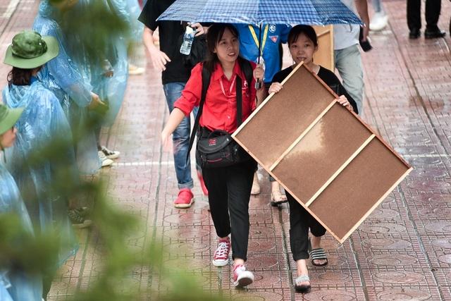 Sĩ tử đội mưa đi thi năng khiếu Trường ĐH Kiến trúc Hà Nội - 5