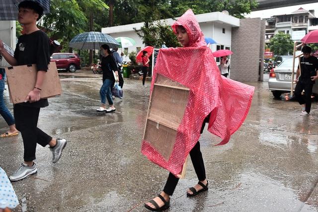 Sĩ tử đội mưa đi thi năng khiếu Trường ĐH Kiến trúc Hà Nội - 3