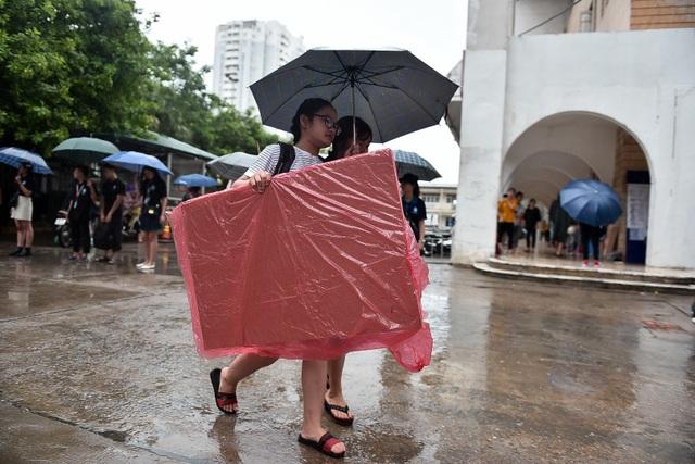 Sĩ tử đội mưa đi thi năng khiếu Trường ĐH Kiến trúc Hà Nội - 7