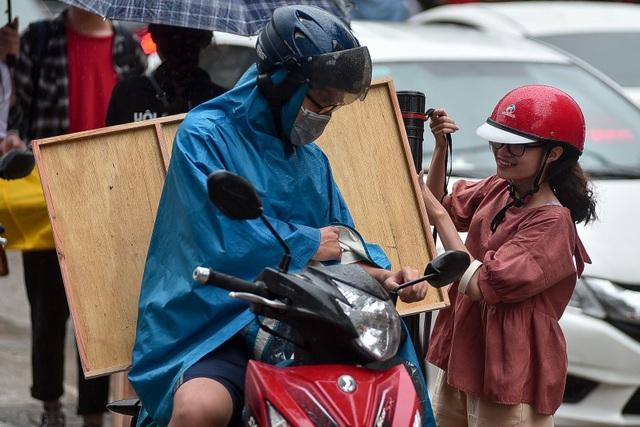 Sĩ tử đội mưa đi thi năng khiếu Trường ĐH Kiến trúc Hà Nội - 8