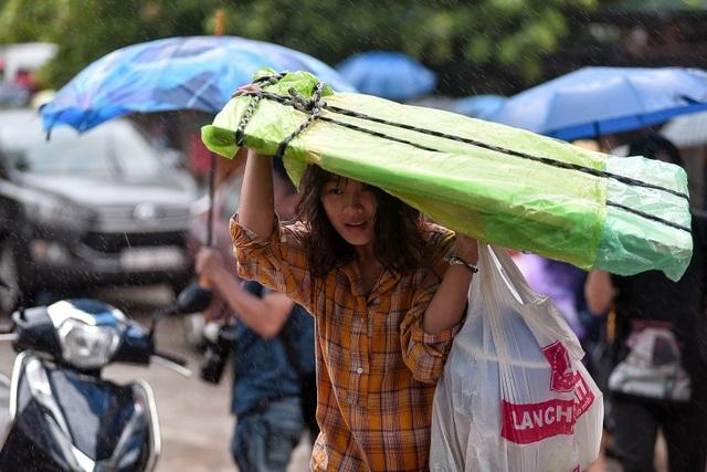 Sĩ tử đội mưa đi thi năng khiếu Trường ĐH Kiến trúc Hà Nội - 6