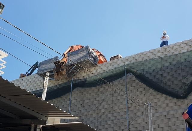 """Khánh Hòa: Nhiều mảng gạch trên bức tường """"khủng"""" đã được tháo dỡ - 3"""