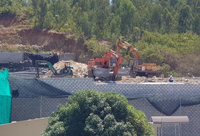 """Khánh Hòa: Nhiều mảng gạch trên bức tường """"khủng"""" đã được tháo dỡ - 2"""