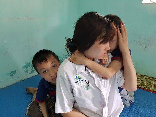 Bạn đọc Dân trí giúp đỡ mẹ trẻ ôm 2 con song sinh bại não gần 120 triệu đồng - 1