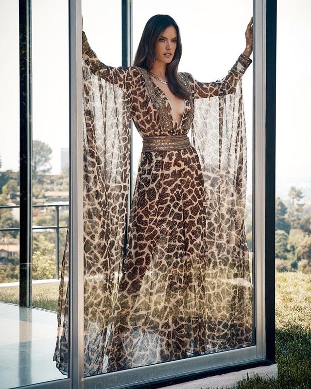 Alessandra Ambrosio diện váy xẻ cao khoe dáng cuốn hút - 6