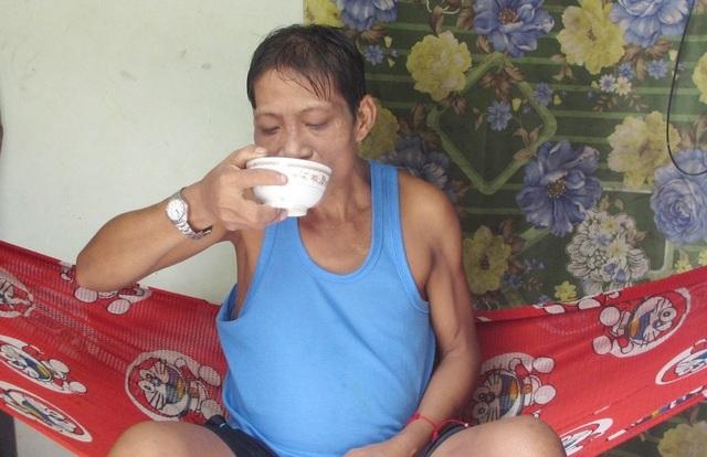 Xót xa cảnh người vợ bán vé số dạo kiếm từng cắc bạc chăm chồng bệnh hiểm - 3