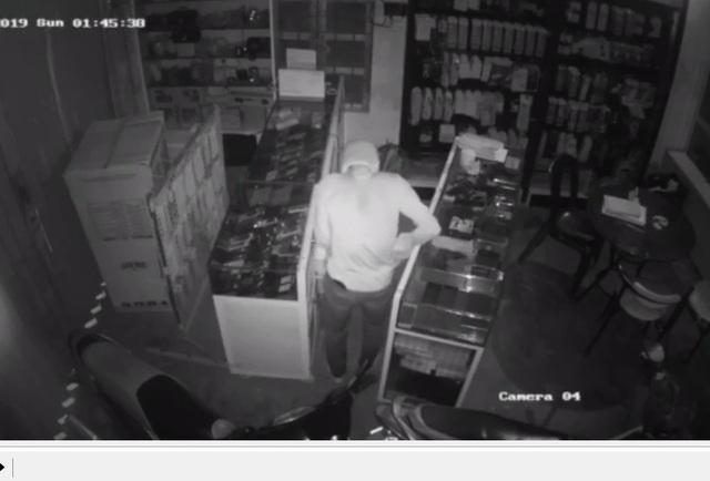 Siêu trộm dỡ tôn trộm điện thoại