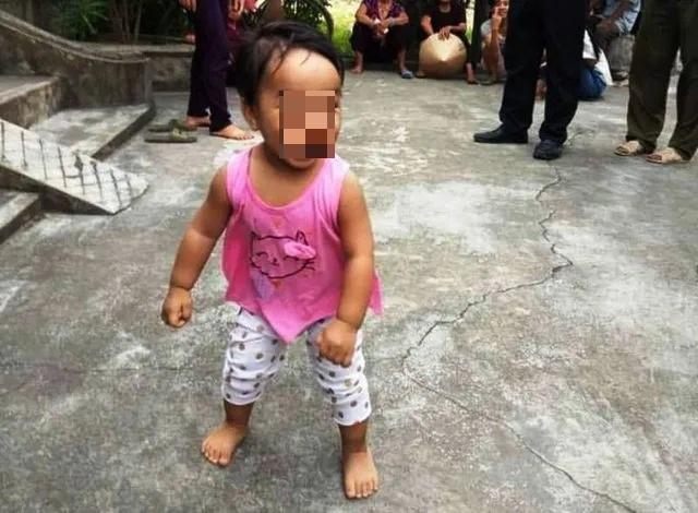 Nhiều người xin nhận nuôi bé gái bị mẹ bỏ rơi trong chùa - 2