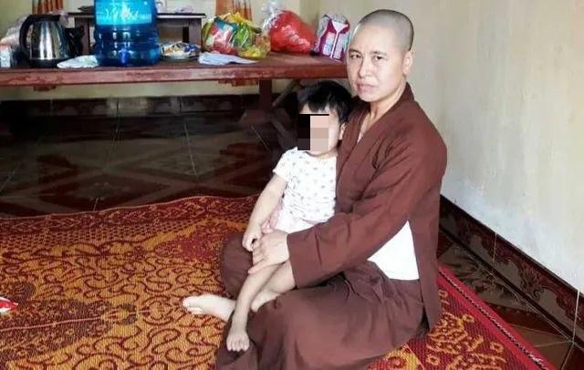 Nhiều người xin nhận nuôi bé gái bị mẹ bỏ rơi trong chùa - 1