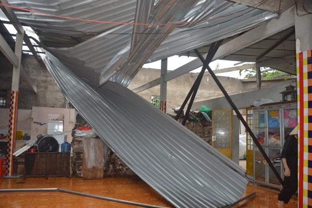 Gần chục người bị thương, nhiều ngôi nhà hư hại vì lốc xoáy - 2