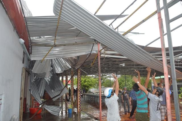 Gần chục người bị thương, nhiều ngôi nhà hư hại vì lốc xoáy - 4