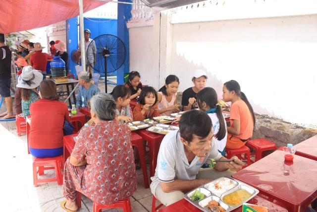 Quảng Ngãi:  Đi chợ trên facebook, nấu cơm miễn phí cho người nghèo - 1