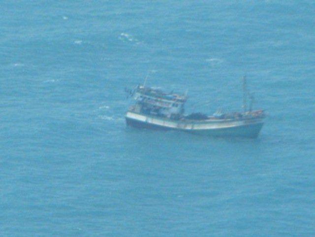 Tàu cá hỏng máy cùng 6 ngư dân trôi dạt suốt 9 ngày trên biển - 1