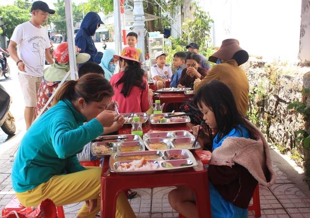 Quảng Ngãi:  Đi chợ trên facebook, nấu cơm miễn phí cho người nghèo - 3