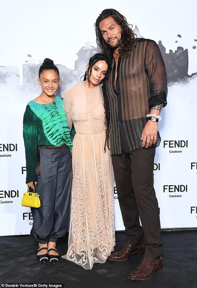Vua Thủy Tề Jason Momoa mặc áo xuyên thấu đi xem thời trang cùng vợ U60 - 1