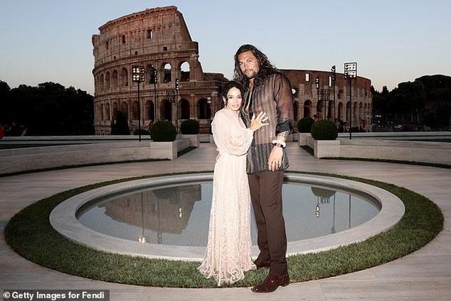 Vua Thủy Tề Jason Momoa mặc áo xuyên thấu đi xem thời trang cùng vợ U60 - 2