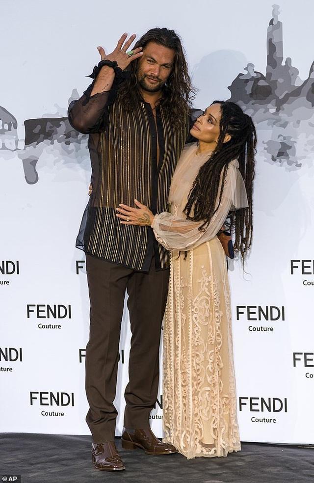 Vua Thủy Tề Jason Momoa mặc áo xuyên thấu đi xem thời trang cùng vợ U60 - 5