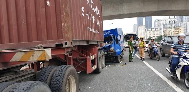 Xe thư báo vỡ toác đầu khi đâm xe container, phụ xe tử vong - 2