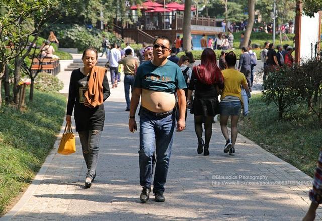 Thành phố cấm đàn ông cởi trần, vén áo khoe bụng nơi công cộng - 2