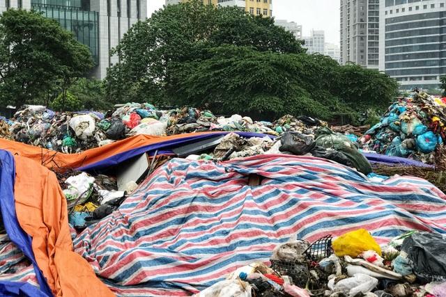 Hà Nội ngổn ngang rác thải sau sự cố bãi rác Nam Sơn bị chặn đường - 10
