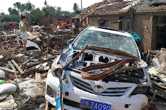 """Thành phố Trung Quốc đổ nát như """"ngày tận thế"""" sau khi vòi rồng càn quét - 2"""