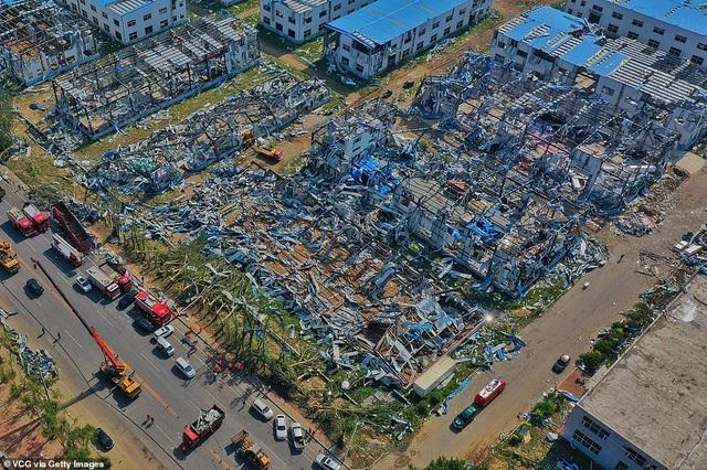 """Thành phố Trung Quốc đổ nát như """"ngày tận thế"""" sau khi vòi rồng càn quét - 1"""