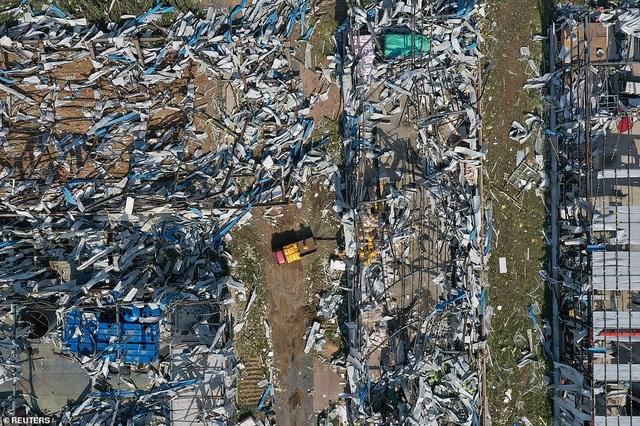 """Thành phố Trung Quốc đổ nát như """"ngày tận thế"""" sau khi vòi rồng càn quét - 4"""