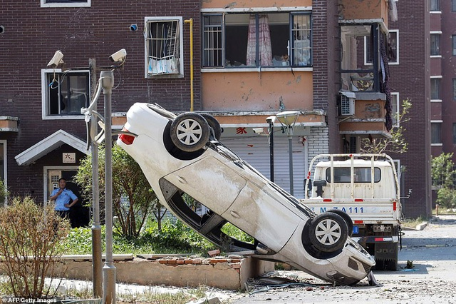 """Thành phố Trung Quốc đổ nát như """"ngày tận thế"""" sau khi vòi rồng càn quét - 7"""