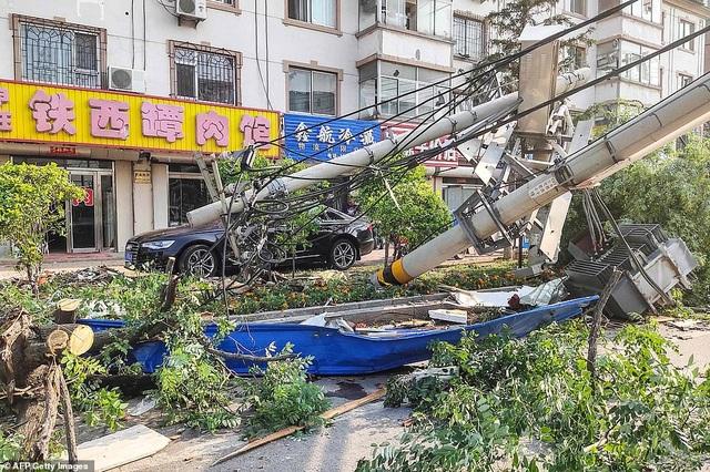 """Thành phố Trung Quốc đổ nát như """"ngày tận thế"""" sau khi vòi rồng càn quét - 10"""