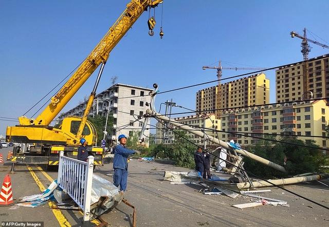 """Thành phố Trung Quốc đổ nát như """"ngày tận thế"""" sau khi vòi rồng càn quét - 9"""