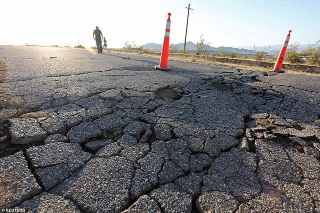 Nữ MC vội nấp xuống gầm bàn khi động đất 7,1 độ richter rung chuyển California - 6