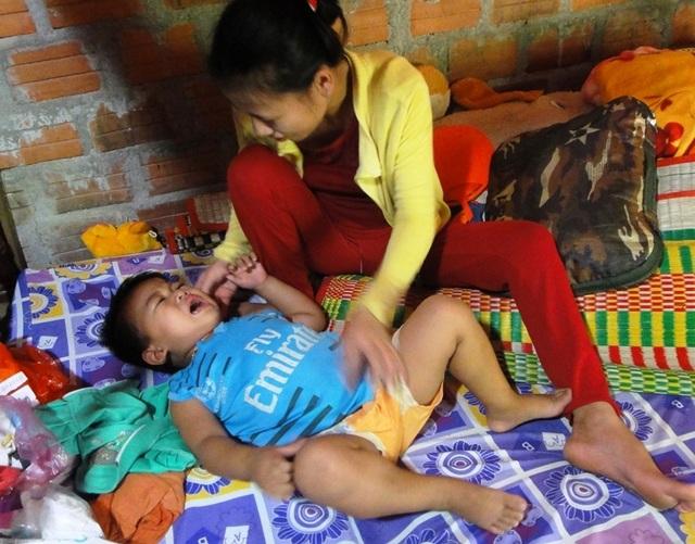 Sự sống mong manh của cậu bé bất thường có 3 thận sau 2 lần cấp cứu! - 1