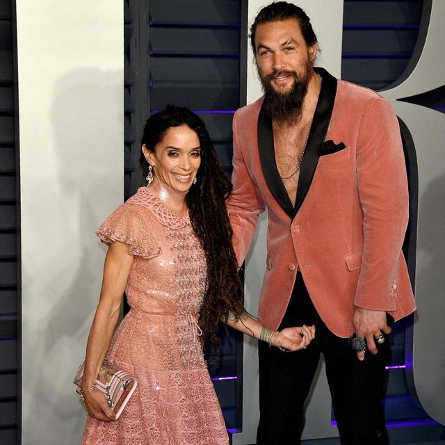 Vua Thủy Tề Jason Momoa mặc áo xuyên thấu đi xem thời trang cùng vợ U60 - 8