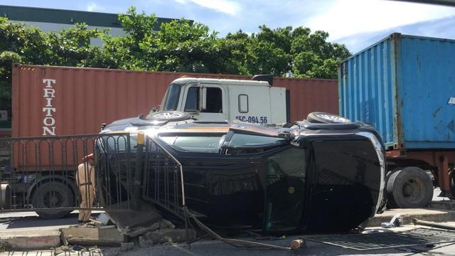 Xe container ép Fortuner lật nghiêng, nữ tài xế cùng con nhỏ may mắn thoát chết - 2