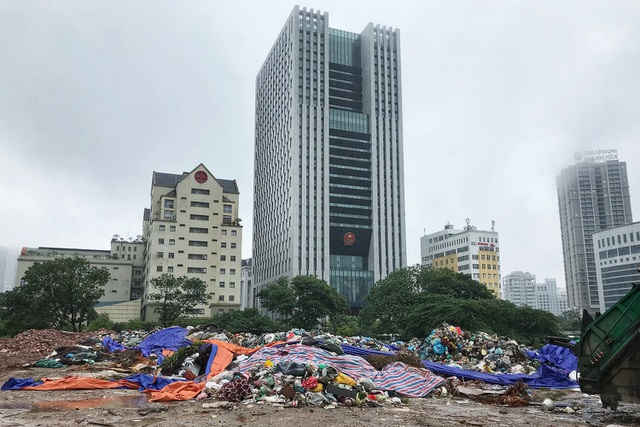 Hà Nội ngổn ngang rác thải sau sự cố bãi rác Nam Sơn bị chặn đường - 7
