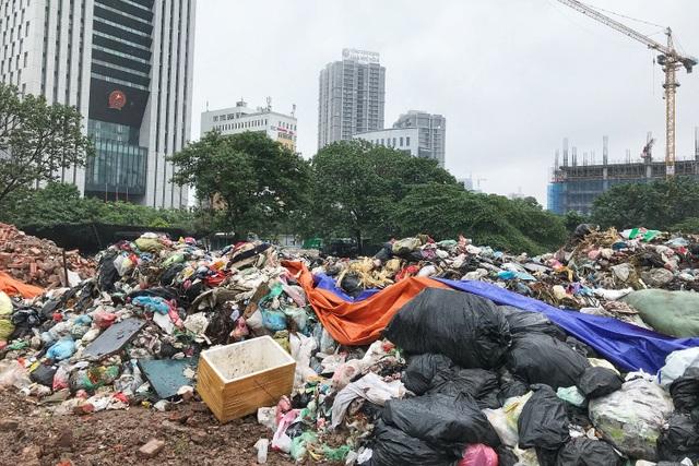 Hà Nội ngổn ngang rác thải sau sự cố bãi rác Nam Sơn bị chặn đường - 9
