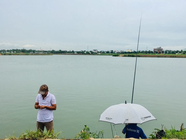 Giữa khu đô thị tiền tỉ, đàn ông Sài Gòn say sưa bắt cá - 1