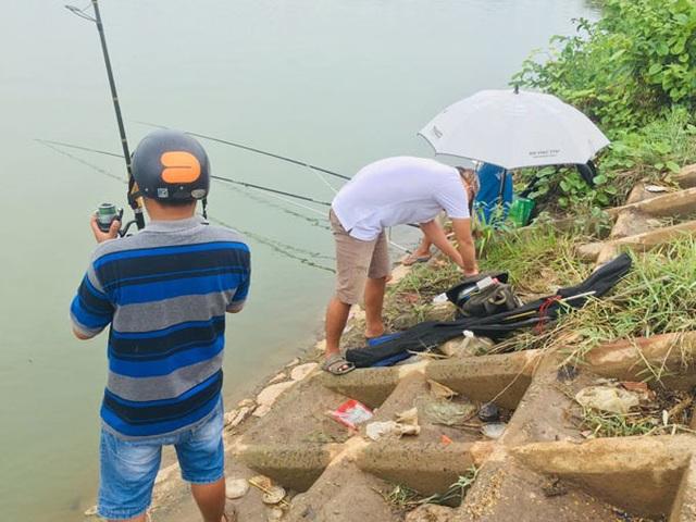 Giữa khu đô thị tiền tỉ, đàn ông Sài Gòn say sưa bắt cá - 5