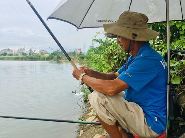 Giữa khu đô thị tiền tỉ, đàn ông Sài Gòn say sưa bắt cá - 6