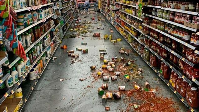 Nữ MC vội nấp xuống gầm bàn khi động đất 7,1 độ richter rung chuyển California - 4