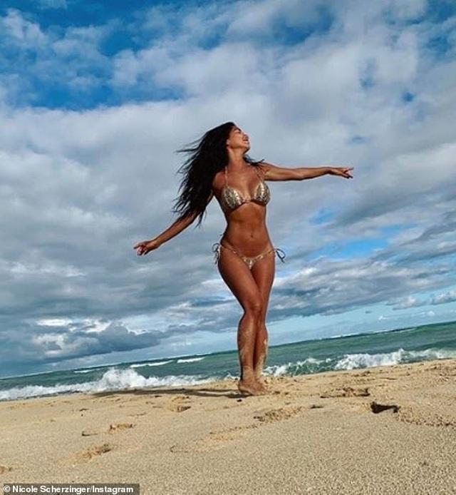 Nicole Scherzinger bốc lửa trên biển Hawaii - 3