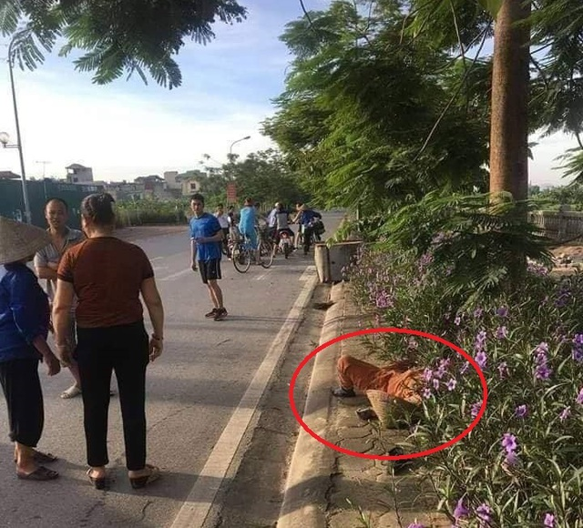 Hà Nội: Phát hiện nữ lao công nghi bị tai nạn tử vong bên đường cùng dòng chữ lạ - 1