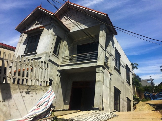 Cận cảnh ngôi nhà bất ngờ sụt xuống hố sâu 4m ở Hà Nội - 2