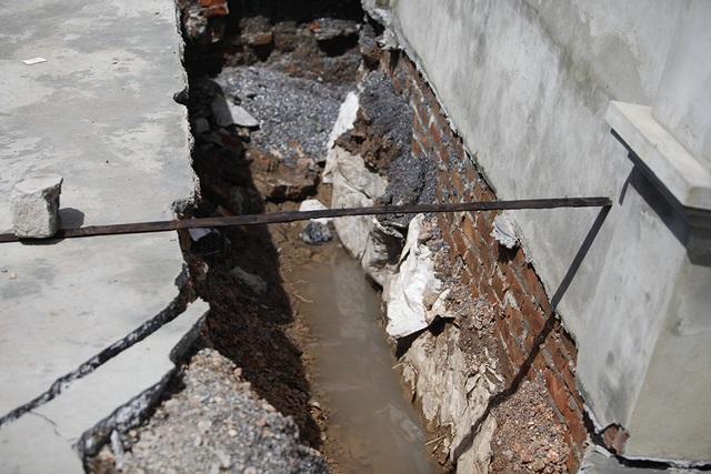 Cận cảnh ngôi nhà bất ngờ sụt xuống hố sâu 4m ở Hà Nội - 7