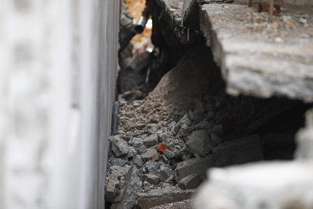 Cận cảnh ngôi nhà bất ngờ sụt xuống hố sâu 4m ở Hà Nội - 9