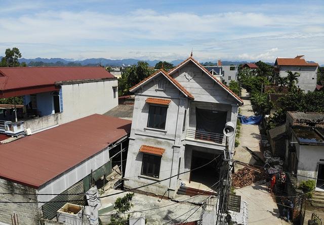 Cận cảnh ngôi nhà bất ngờ sụt xuống hố sâu 4m ở Hà Nội - 3